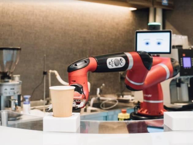 コーヒーはロボットに淹れてもらう。