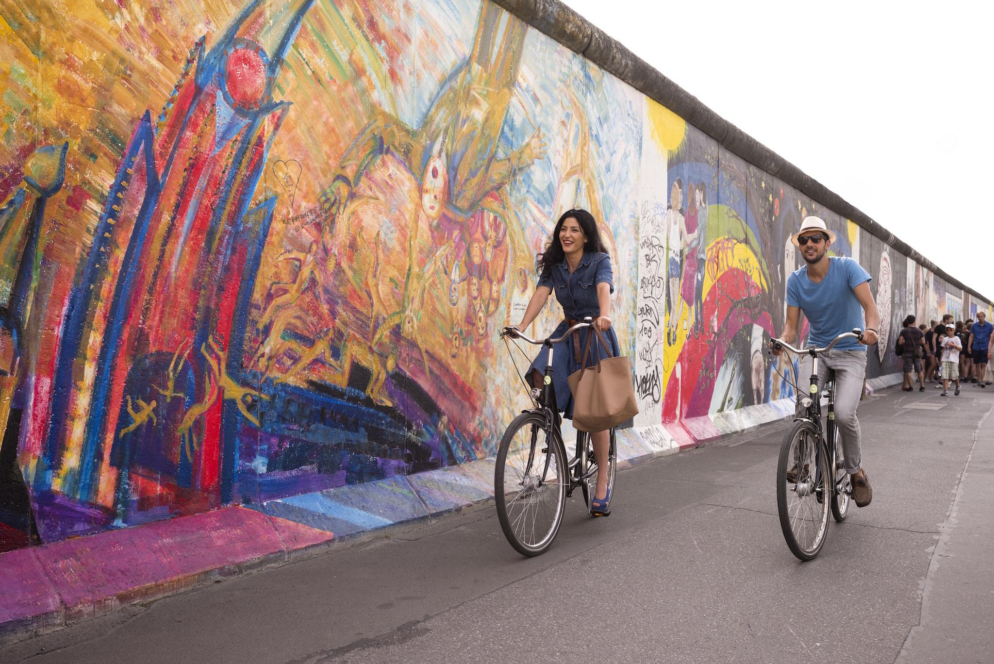spanische turisten in berlin. modelle: (weeiblich) tina Tabiei Razligh, (männlich) Ricardo Grijalva Russelmann