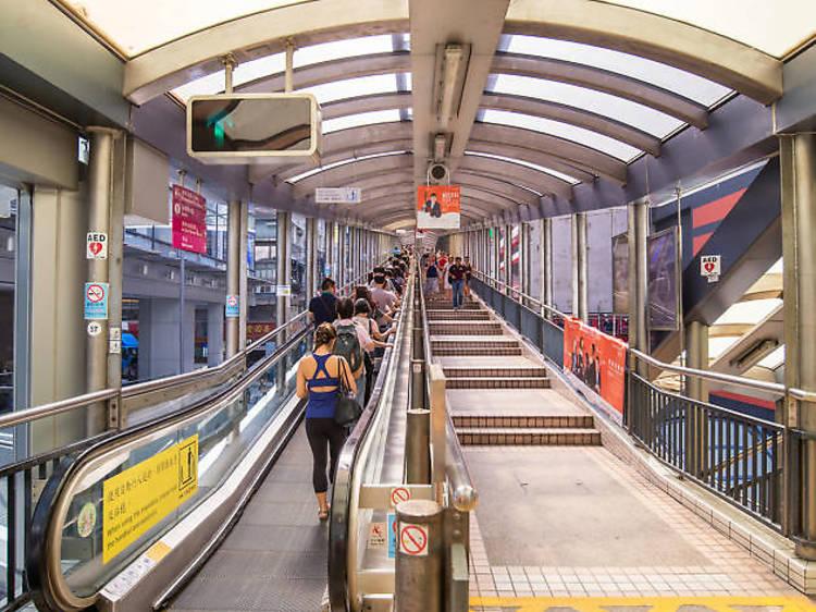 搭乘全球最長的戶外有蓋行人扶梯