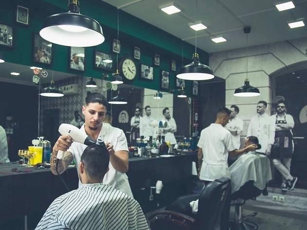 A nova barbearia que também é um bar (e com mesa de snooker)