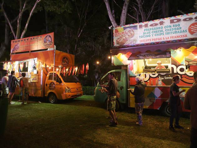 Zona de foodtrucks en el Carnaval de Bahidorá
