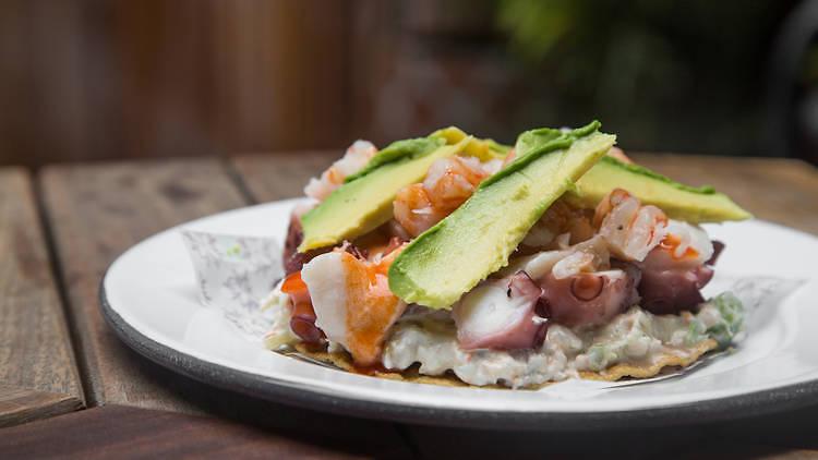 tostada mariscos pulpo pescado platillo la guerrerense