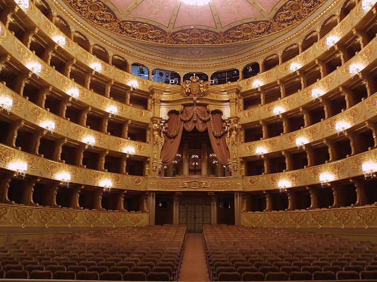 Assistir a uma ópera no Teatro São Carlos