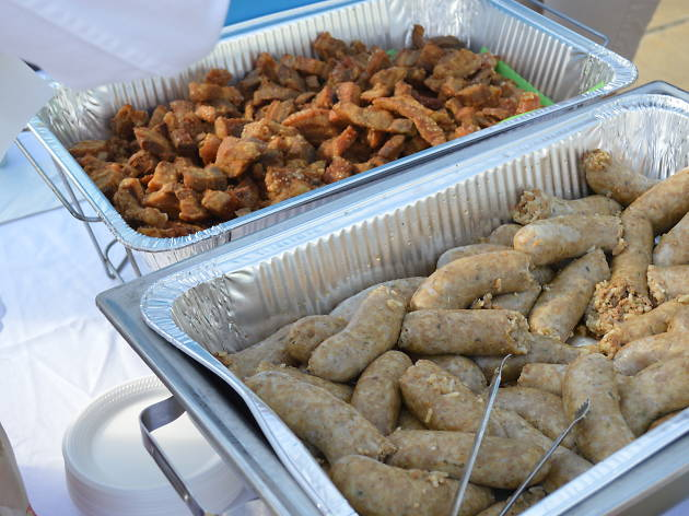 Sausages and crackling in aluminium trays