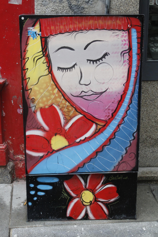 Uma das muitas caixas de electricidade que adornam a Rua das Flores