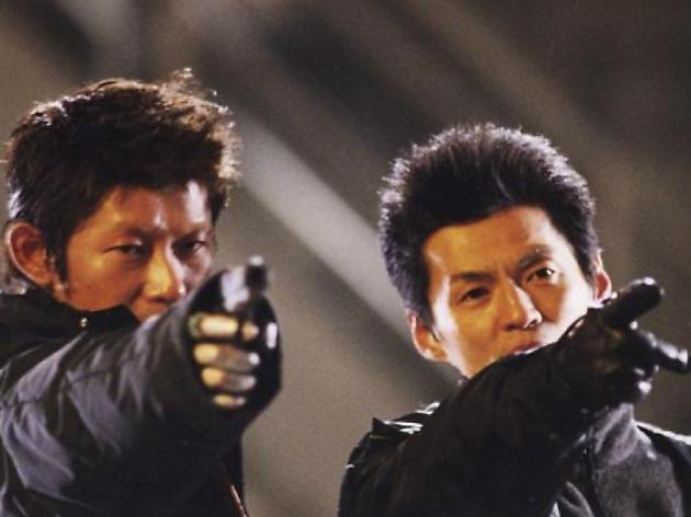映画『DEAD END RUN』撮影現場での永瀬正敏(左)と石井岳龍