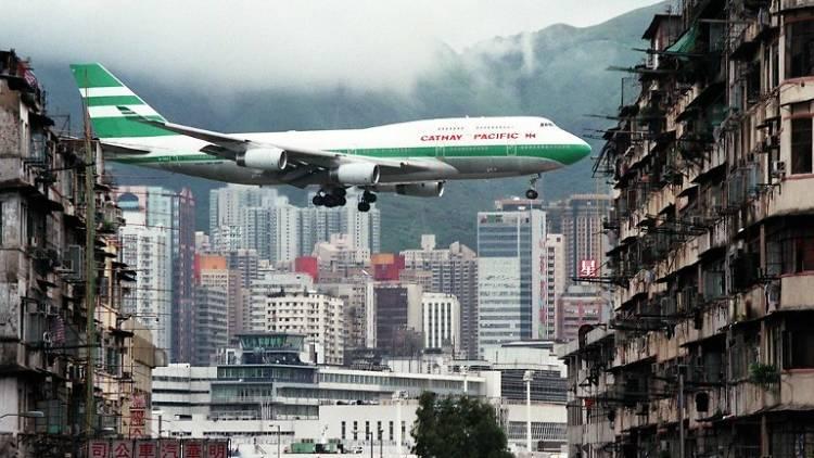 Descent into Kai Tak airport. Photo: Manuel Ceneta/AFP.