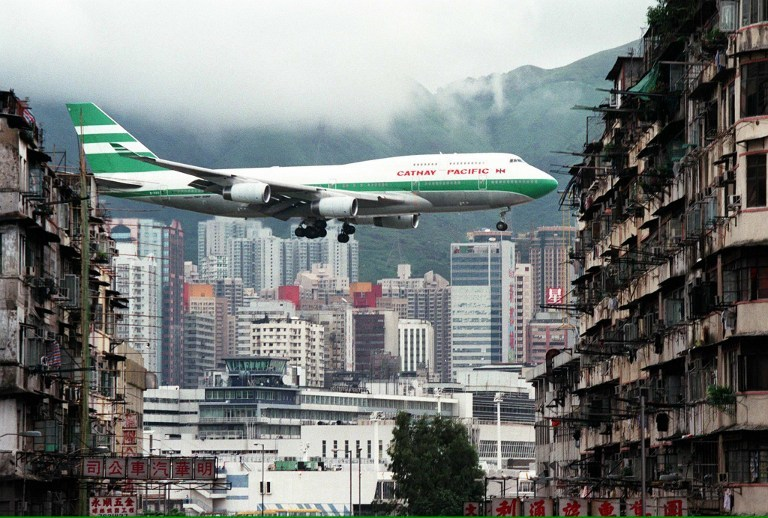 Descent into Kai Tak airport. Photo: Manuel Ceneta/AFP.