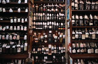 A Garrafeira do Carmo é uma espécie de catedral do vinho do Porto