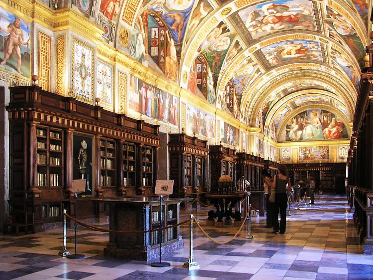 Flipa con los miles y miles de libros de la biblioteca de El Escorial