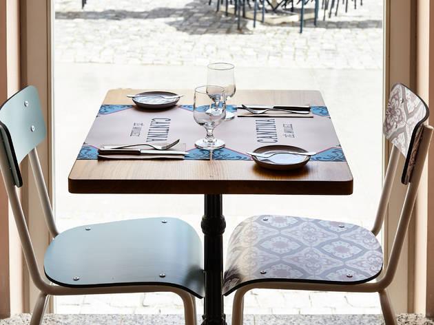 Há mesas a dar para a rua e também uma esplanada