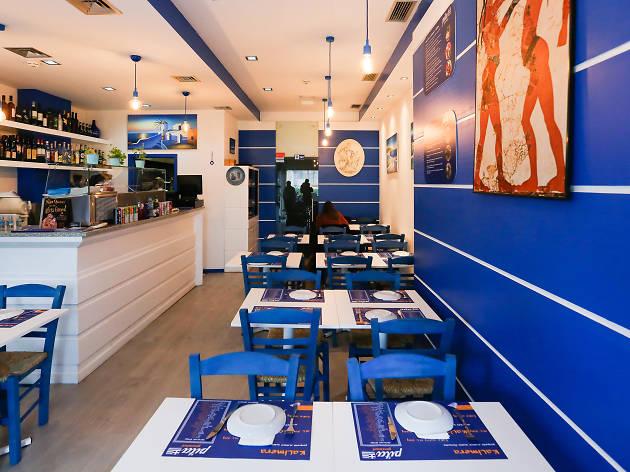 O azul e o branco são as cores do restaurante