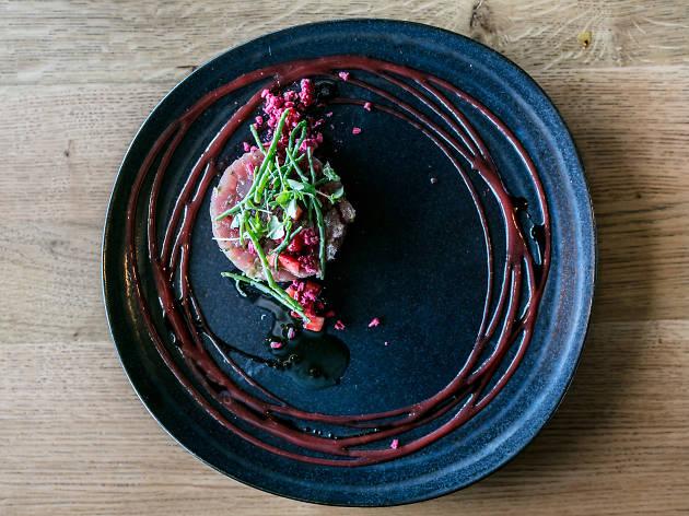 Tártaro de atum com gaspacho de morango fresco