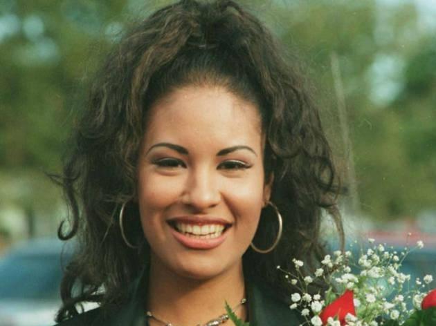 Selena con flores en los noventa