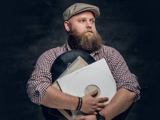 Un hipster arquetípic abraçat als seus vinils