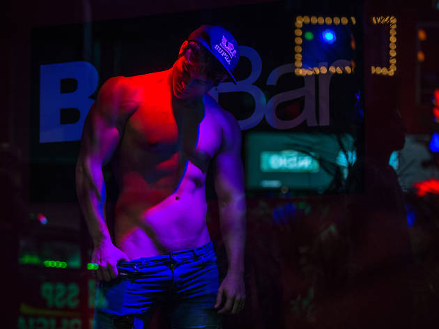 Sunday Baez es striper y gogo gay en BoyBar
