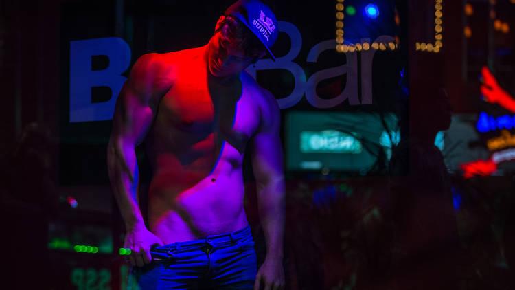 Sunday Baez es striper y gogo gay en BoyBar