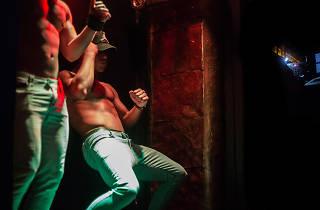 En BB Show Bar  en Zona Rosa puedes ver strippers
