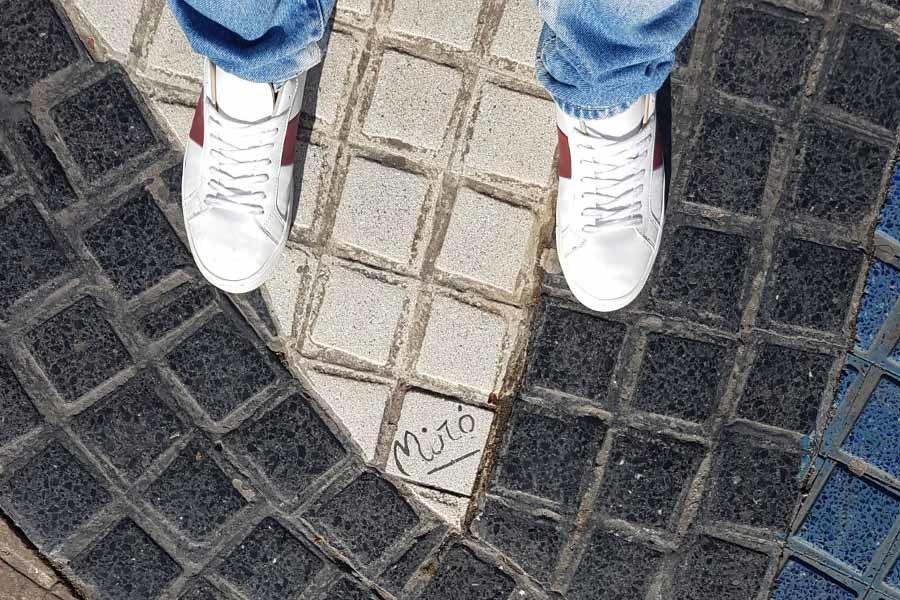 Mira al suelo