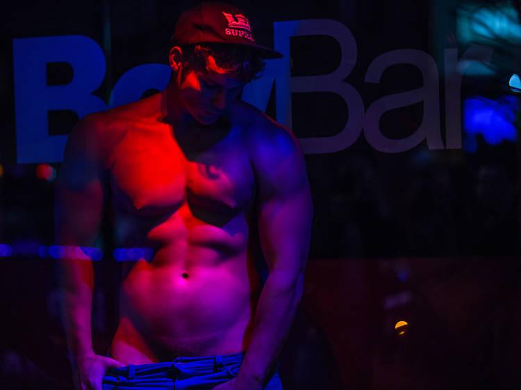 Contratar a un stripper o gogo dancer