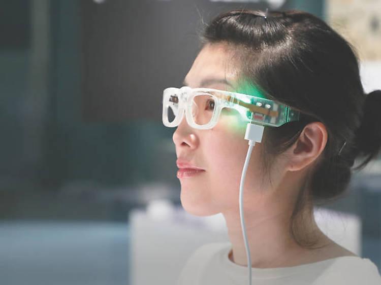 誰もが文字を読める世界へ、開発が進む眼鏡型デバイス