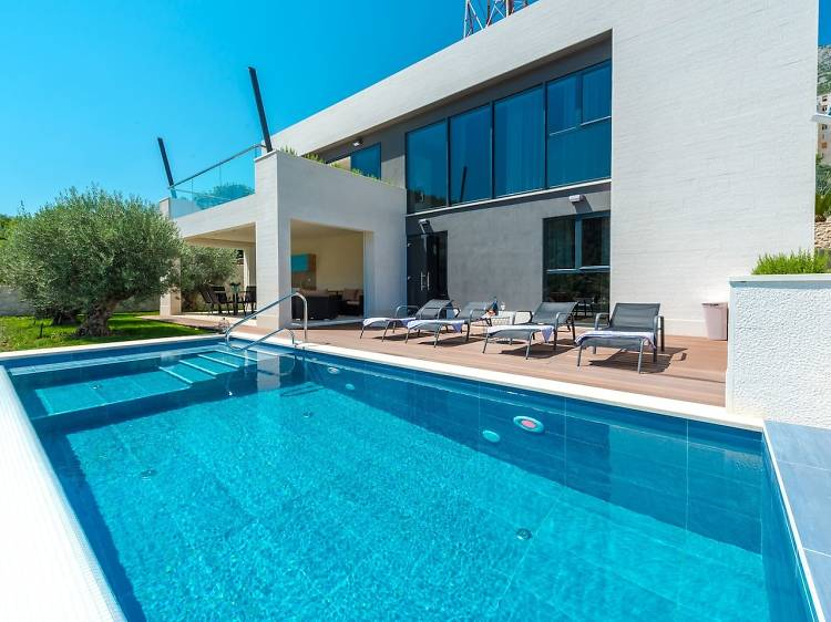 A modernist masterpiece with a pool