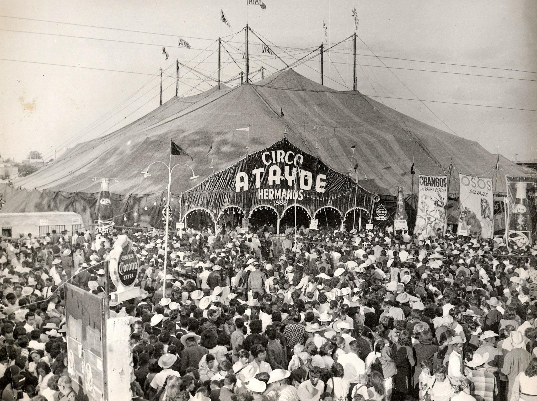 Gente en la carpa del circo en Guadalajara