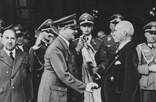 Em 1940, Gustav Krupp recebeu de Adolf Hitler a medalha de ouro do Partido Nazi