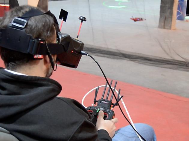 El primer circuit 'indoor' de drons de Catalunya aterra a Barcelona