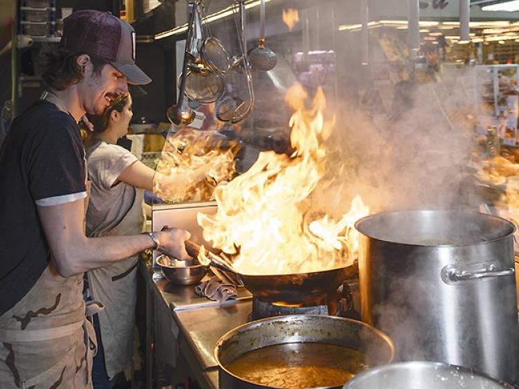 Prueba platos de todo el mundo en el Mercado de Vallehermoso