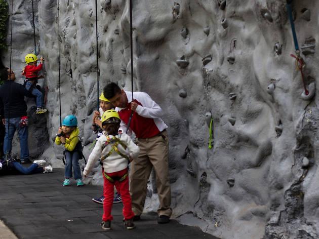 Granja Las Américas cuenta con muro de escalada para niños