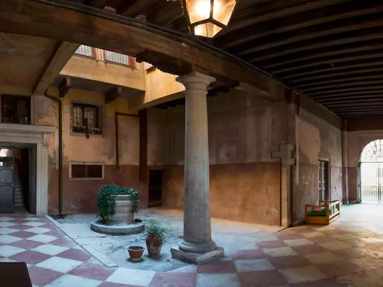 Private double room in traditional apartment in Dorsoduro