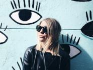 Gigi Vives en la famosa fachada de los ojos de Malasaña