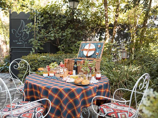 Bonus : des paniers de pique-nique dans le jardin de L'Hôtel Particulier à Montmartre
