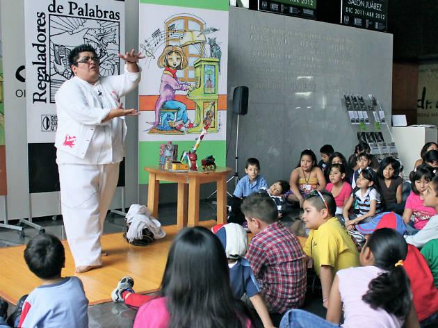 Regaladores de palabras en el CCU Tlatelolco