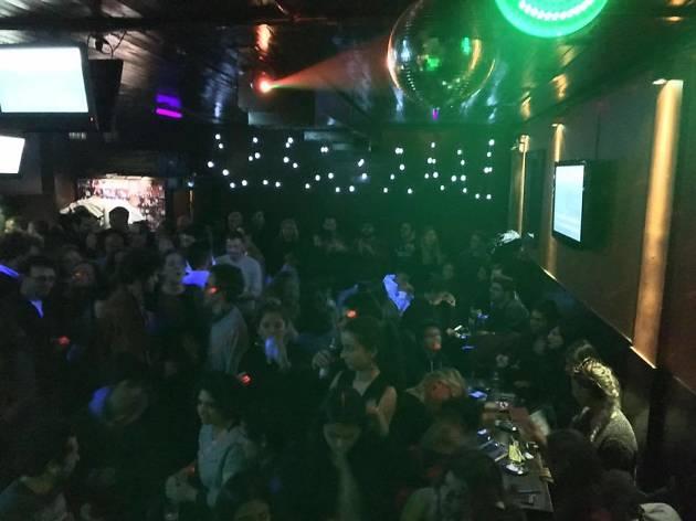 O Pixote Karaoke Bar abriu em 1986.