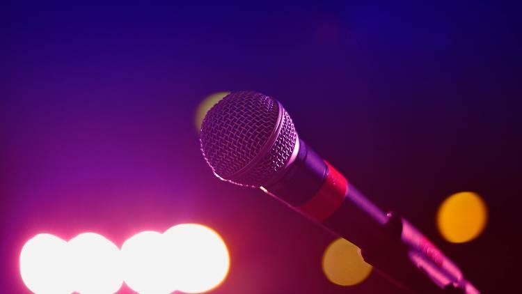 Respire fundo e afine a voz: esta lista tem bares com karaoke no Porto