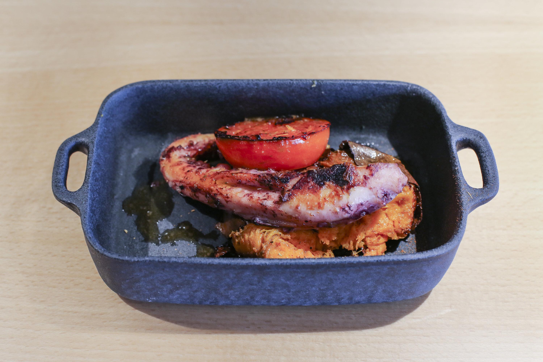 Polvo, tomate assado e batata doce com especiarias