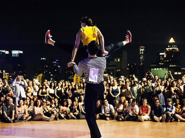 Um bailarico num porta-aviões
