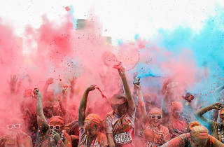 People throwing paint at the Colour Run.