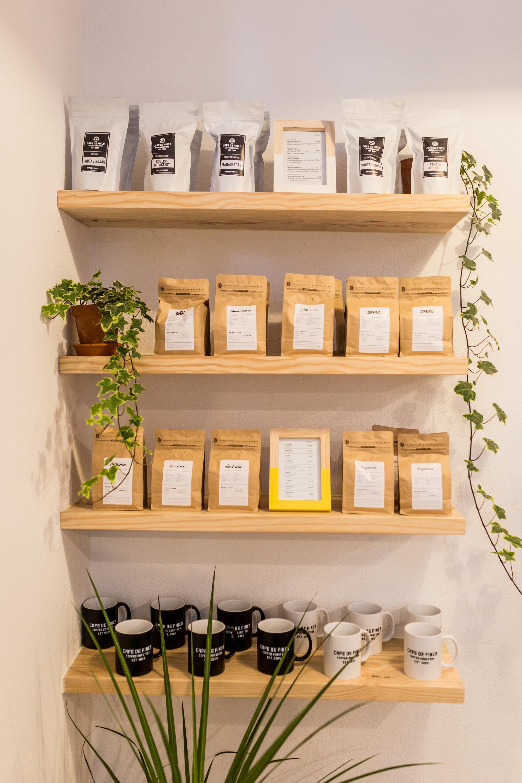 Há café para levar, em grão ou moído, e chás também com a marca Café de Finca
