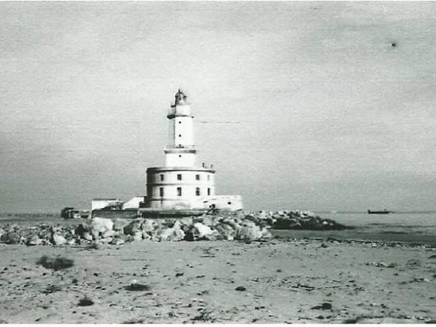 La Farola, el faro de la antigua playa de Hospitalet