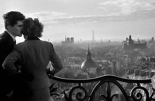 © Willy Ronis. Les amoureux de la Bastille, Paris, 1957.