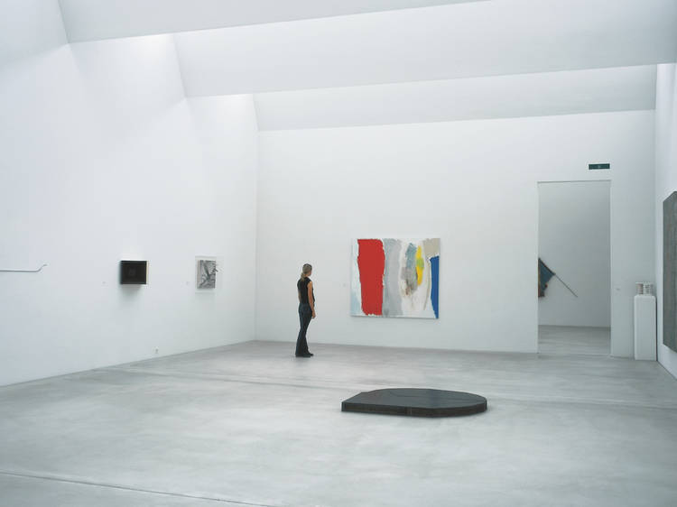 Admirer de l'art contemporain à la Kunst Halle