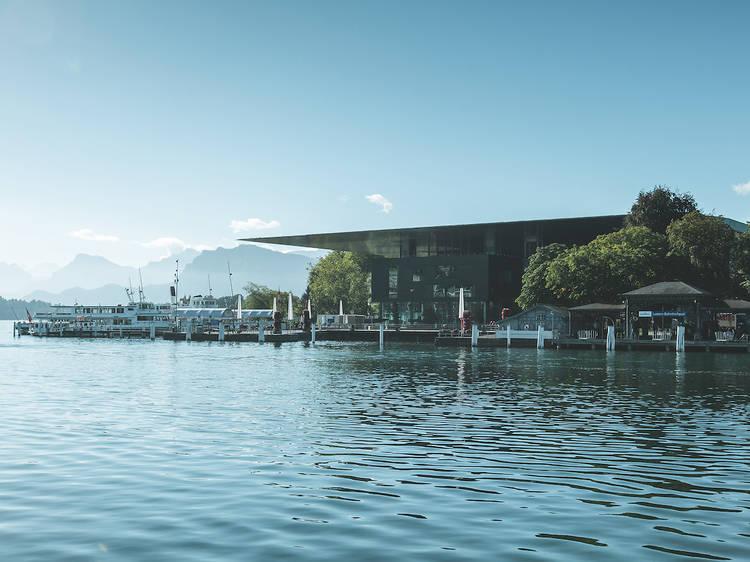 Le café du KKL (Centre de la culture et des congrès de Lucerne), construit selon les plans de l'architecte Jean Nouvel
