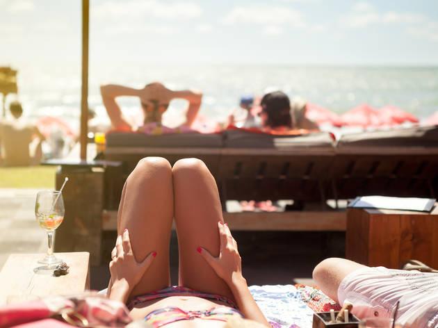 Un nuevo servicio te lleva la comida a la toalla en las playas de BCN