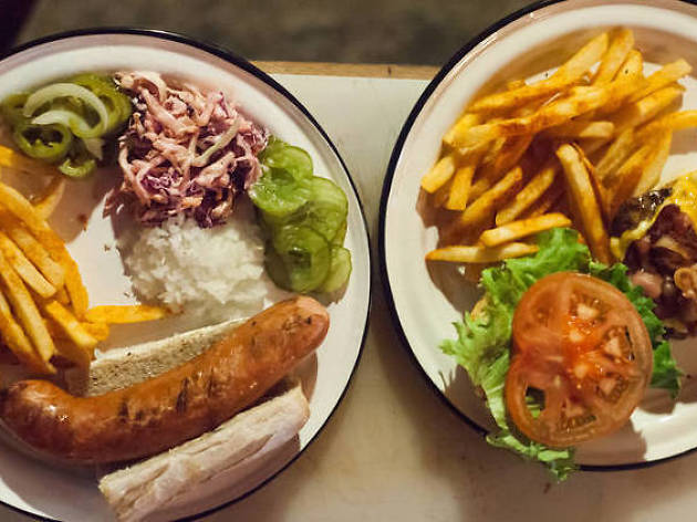 hamburguesa y salchicha alemana de Jardín Chapultepec platillo comfort food comida alemana estadounidense