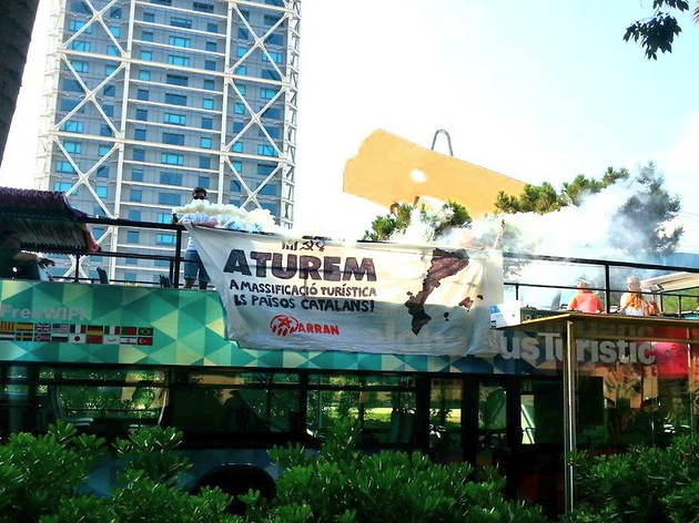 Arran interromp un bus turístic per denunciar el model turístic