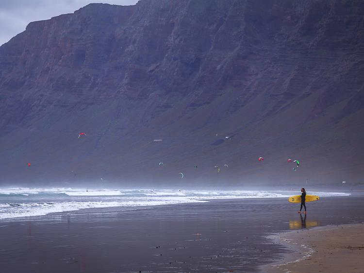Famara surfing