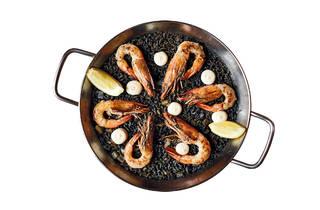 Tapisco - Paella negra com sépia, aioli e gambas